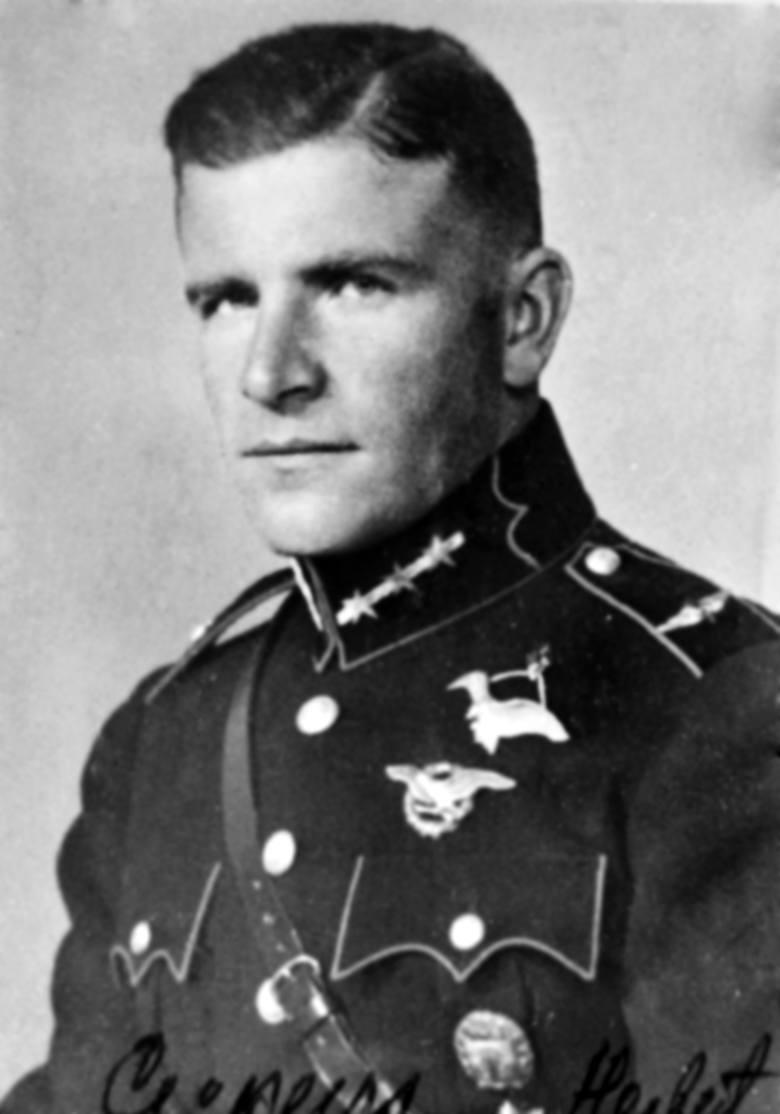 Herberts Cukurs, przed wojną bohater narodowy Łotwy, dopuścił się zbrodni, nadzorując mord Żydów z Rygi. Po wojnie odnalazł go w Brazylii Mossad. Nie miał dla niego litości