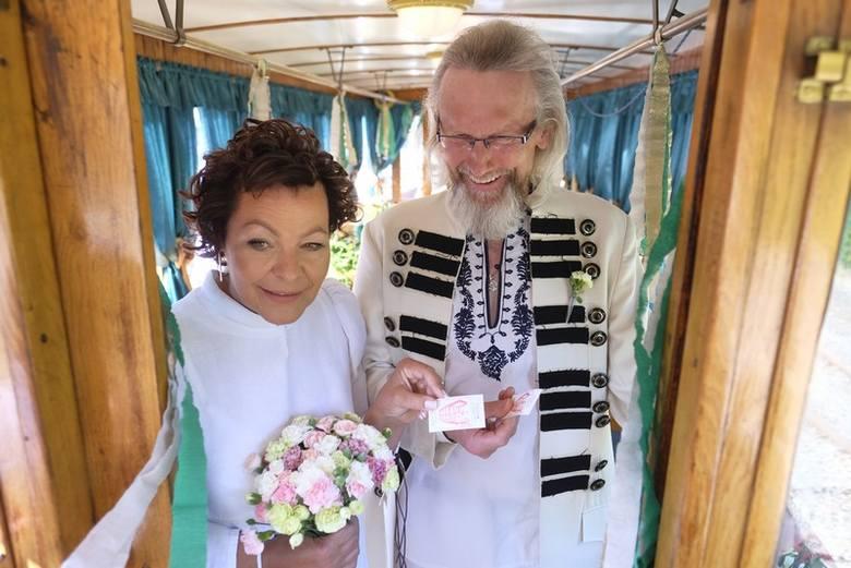 Ach co to był za ślub! Niemal równo rok temu, 5 lipca 2018 roku, na ślubnym kobiercu w tramwaju turystycznym przy ul. Uniwersyteckiej stanęli Joanna