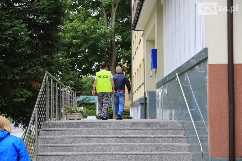 Na miejscu tragedii trwają czynności policji i prokuratury.