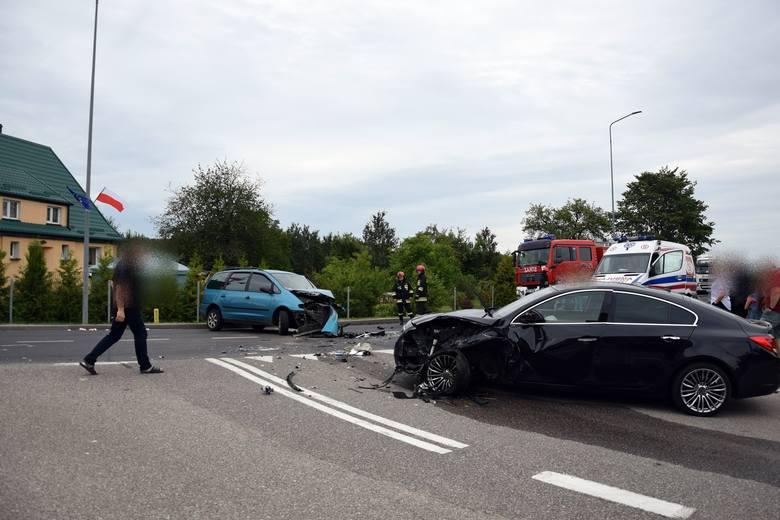 Dzisiaj (sobota) w Wołczy Małej na drodze krajowej nr 20 zderzyły się dwa samochody osobowe. Do wypadku doszło na łuku drogi. Nikt poważnie nie ucie