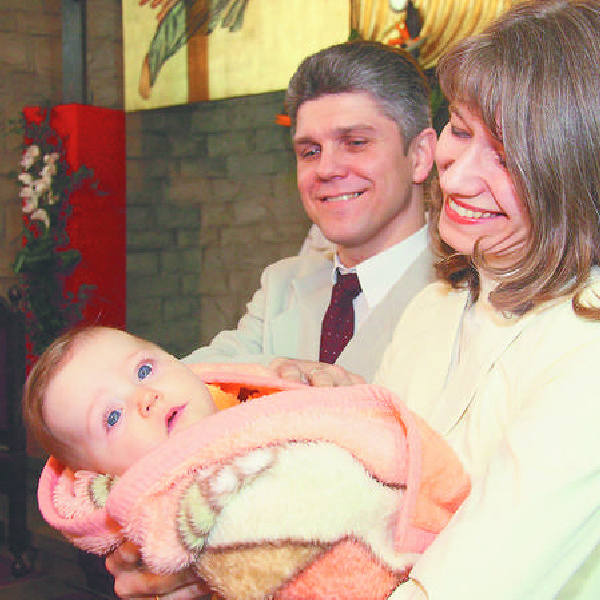 Diakon Tomasz Chmielewski z żoną Izą i 8-miesięczną córeczką Zosią. Od księdza różni się tylko tym, że nie może odprawiać Mszy św. i słuchać spowied