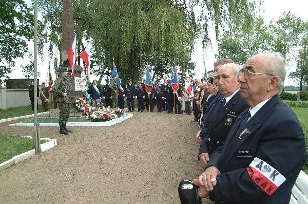 W uroczystościach na cmentarzu wojennym w  Mełnie uczestniczyły delegacje organizacji  kombatanckich.