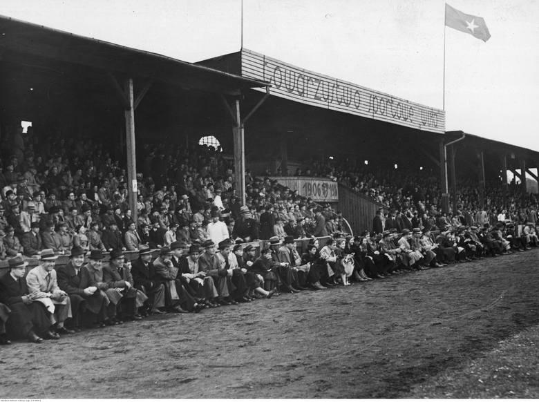 Mecz piłki nożnej Wisła Kraków - Cracovia na stadionie Wisły Kraków w KrakowieKibice na trybunach w czasie meczu.