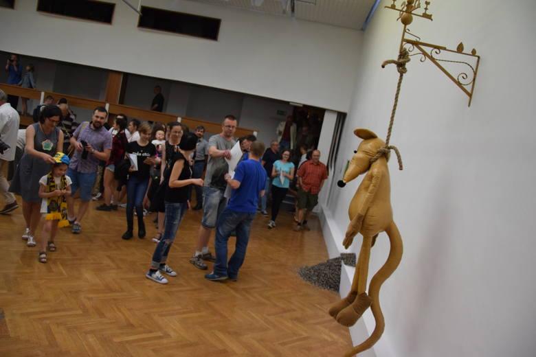 """W piątek, 25, maja w Miejskim Ośrodku Sztuku została otwarta wystawa """"Żużel w sztuce"""". Jednym z eksponatów jest około metrowa mysz powieszona niczym"""