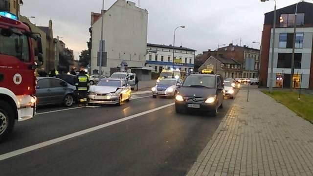 Wypadek na placu Poznańskim. Opel zderzył się z BMW [zdjęcia]