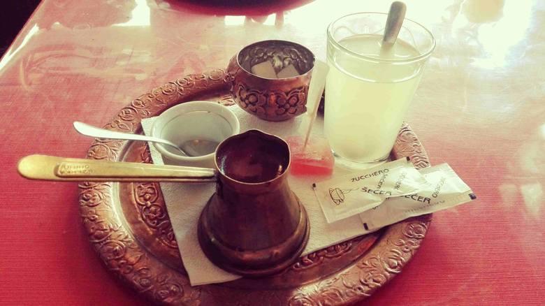 Bośniacka kawa, kostka rachatłukum i tradycyjny napój orzeźwiający.