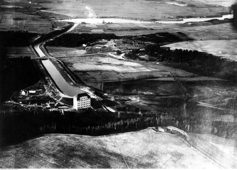 Zbiornik, zapora i budynek elektrowni istnieją do dziś.