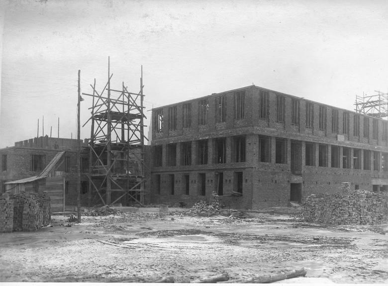 Pałac Kultury Zagłębia w budowie oraz w czasach PRL-u