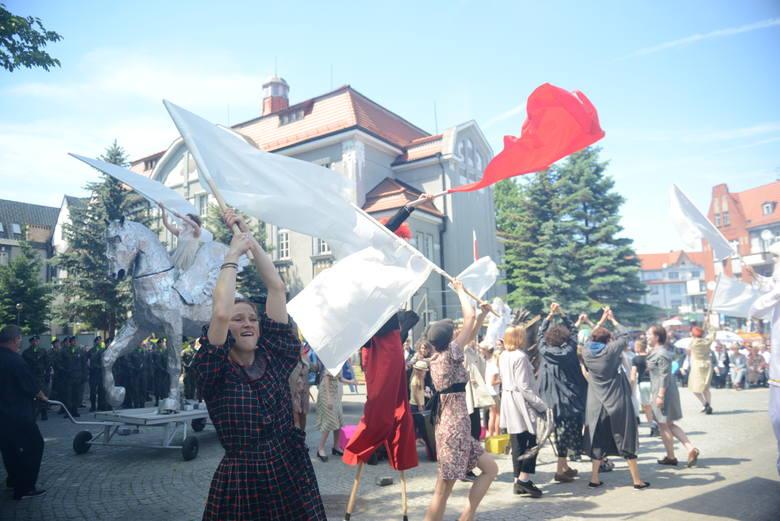 Sceny z widowiska z okazji rocznicy Wydarzeń Zielonogórskich 1960 prezentowanego w 2017 r. przed Filharmonią Zielonogórską