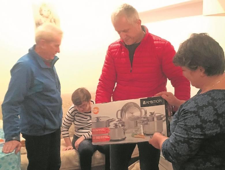 Drużyna SuperW, czyli wolontariuszki Szlachetnej Paczki: Katarzyna Thielking (od lewej), Agnieszka Stelmaszyk, Aleksandra Radecka z córką Matyldą.