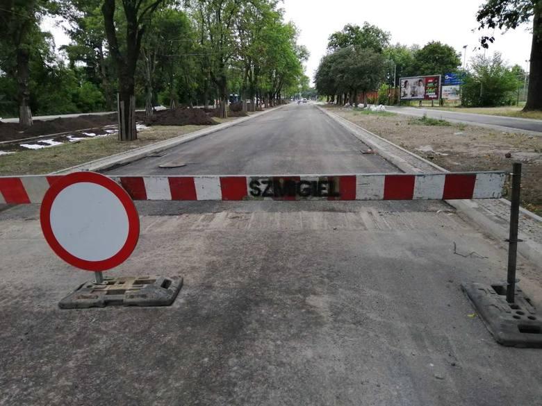 Pod koniec ubiegłego roku został dopuszczony ruch pojazdów na odcinku Dąbrowskiego między Kilińskiego i Łomżyńską. Ułożony wtedy asfalt jest obecnie