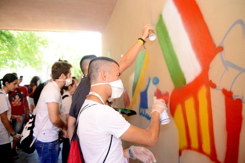 Goście Światowych Dni Młodzieży namalowali mural w Zielonej Górze