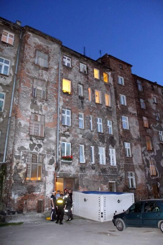 Wrocław: Samobójca przy ul. Pobożnego. Chciał wyskoczyć z IV piętra (ZDJĘCIA)