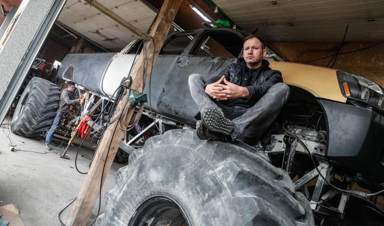 Mieszkaniec Dynowa buduje monster trucka