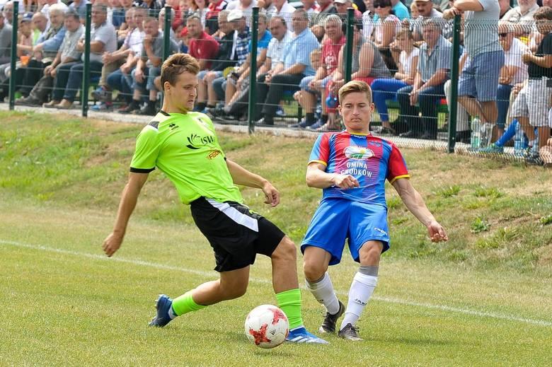 Bartłomiej Rakowski (z prawej) zdobył historycznego gola dla Starowic w 3 lidze.