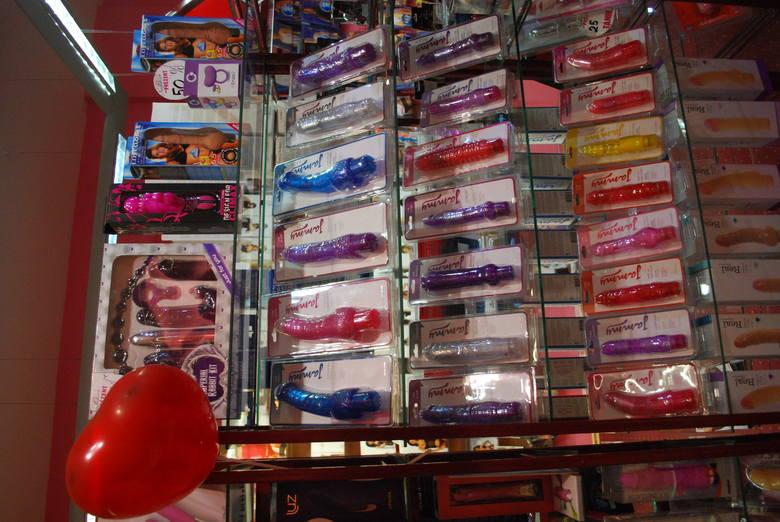 Przed świętem zakochanych sklepy z gadżetami erotycznymi nie narzekają na brak klientów. Większość z nich to mężczyźni, ale przed walentynkami przychodzi