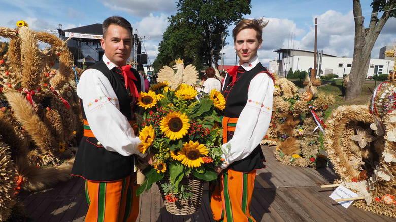 W sobotę w Bobolicach odbyły się powiatowe dożynki. Tradycyjnie uroczystości rozpoczęły się od mszy świętej po czym uczestnicy przenieśli się na plac