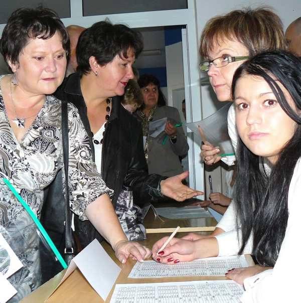 Halina Franecka-Kolonko i Mirosława-Tarkiewicz (z lewej) przyjechały na zjazd z Niemiec. Z pomocą Pauliny Konstanty oraz nauczycielek Małgorzaty Sokół