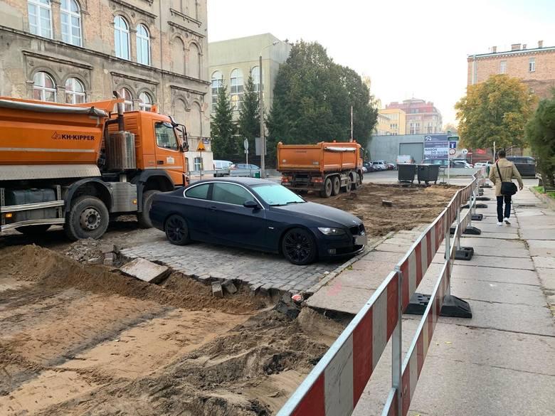 Niecodzienna sytuacja na budowie Posejdona. Samochód pozostał na środku rozkopanej drogi