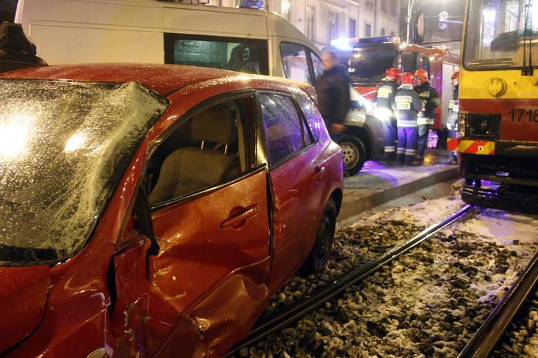 Pijany kierowca wjechał mazdą pod tramwaj na skrzyżowaniu ulic Narutowicza i Sienkiewicza w Łodzi