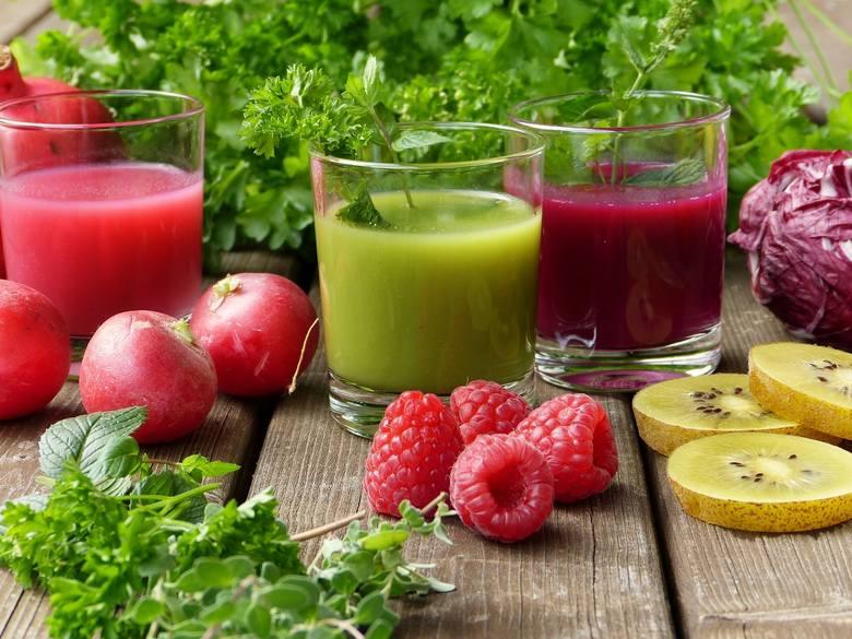 Posiłki diety sokowej to świeżo wyciskane soki i własnoręcznie miksowane koktajle, które oprócz warzyw i owoców mogą zawierać przyprawy korzenne i świeże