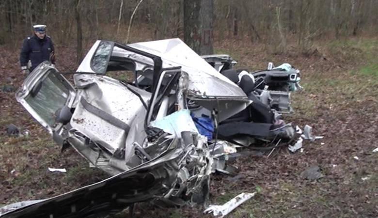 Kierujący nissanem podczas wyprzedzania zepchnął z drogi skodę. Kierowca skody stracił panowanie nad autem i uderzył w drzewo. Zmarł w wyniku odniesionych