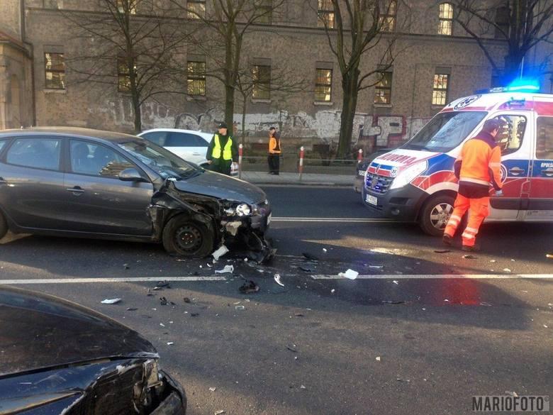 Dwie osoby zostały odwiezione do szpitala po zderzeniu trzech samochodów - toyoty, audi i hyundaia - w pobliżu skrzyżowania ulic Ozimskiej z Katowicką.