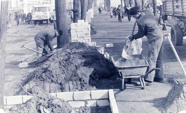 Wiosna 1977 r., stawianie ozdobnych murków wokół starych lip na deptaku al. Wojska Polskiego