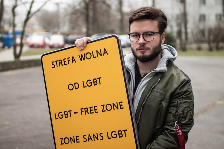 """Bartosz """"Bart"""" Staszewski, działacz społeczny, aktywista LGBT i reżyser, współzałożyciel Stowarzyszenia Marsz Równości w Lublinie. Amerykański magazyn """"Time"""" w lutym umieścił go na prestiżowej liście 100 wschodzących liderów z całego świata. Na zdjęciu: podczas realizacji akcji wieszania żółtych..."""
