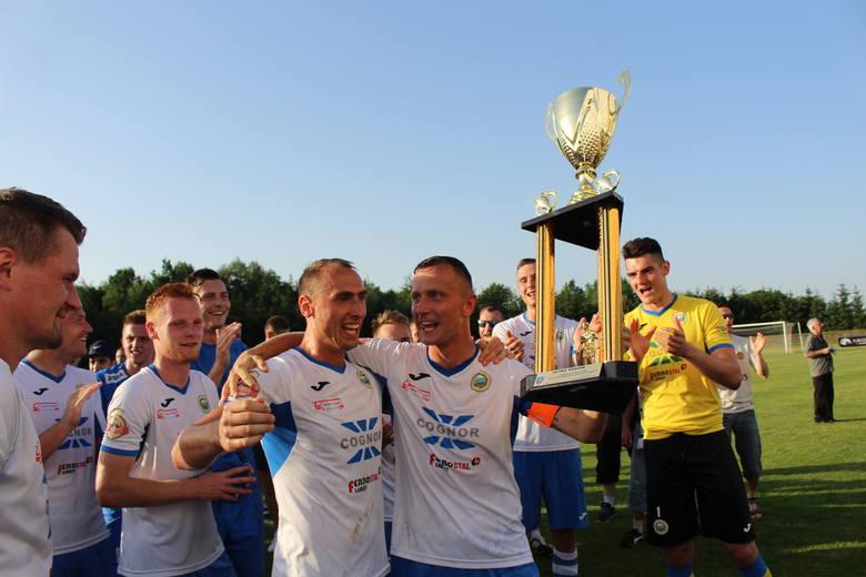 Puchar w rękach Krzysztofa Świątka, obok niego Kamil Sobala