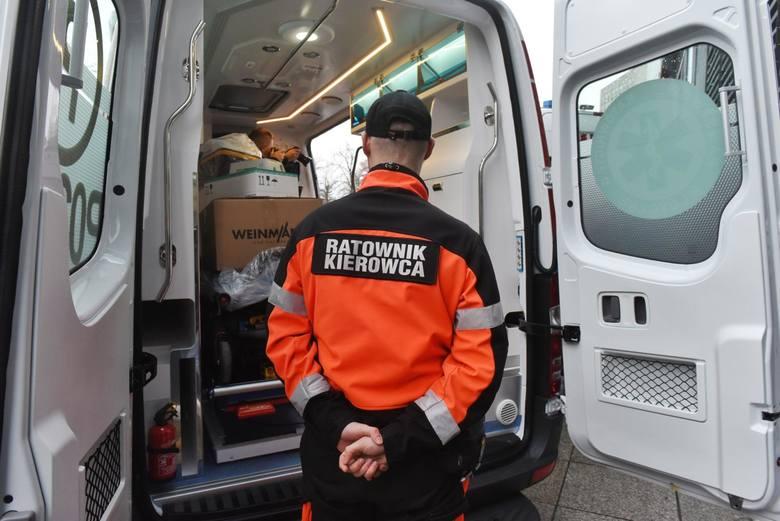 Agresywny pacjent zaatakował ratowników medycznych w Joachimowie Mogiłach w powiecie skierniewickim. 27-letni mężczyzna miał grozić nożem ratownikom – skierniewicka policja nie potwierdza tego faktu, ale i nie zaprzecza.<br /> <br /> Wydarzenie miało miejsce w piątek, 21 czerwca w miejscowości...