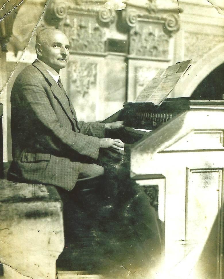 Przy organach w kościele w Złoczowie Józef Jakubowski (1877-1955) - przez kilkadziesiąt lat tamtejszy organista, a po wojnie w Grodkowie.