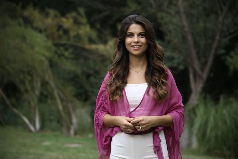 Ayse (Yaprak Durmaz)Ayse to siostra Ömera, ale też najważniejsza kobieta w jego życiu. Szczęście brata jest dla Ayse na pierwszym miejscu, dlatego chciałaby,