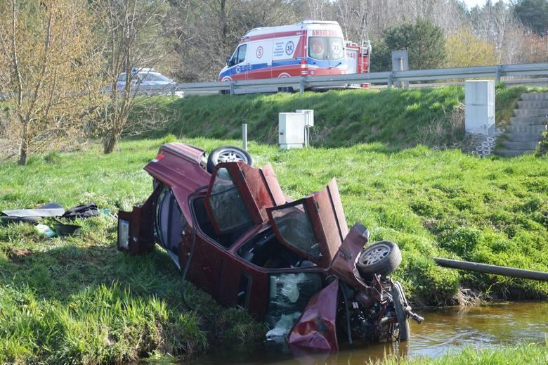 Wypadek na ulicy Energetyków w Radomiu. Kierowca BMW zjechał z drogi i wpadł do rzeki! Są ranni