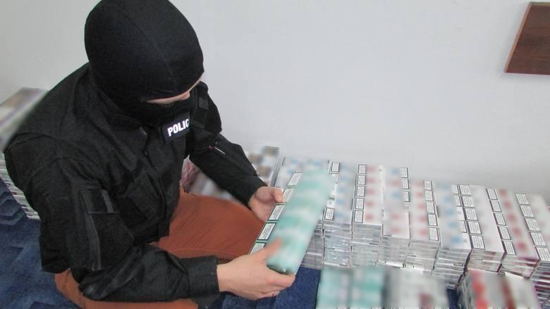 Tysiące nielegalnych papierosów. Kobieta trzymała je w domu (zdjęcia)