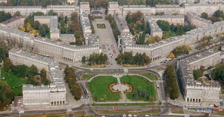 W 2004 roku do rejestru zabytków Krakowa wpisano układ urbanistyczny Nowa Huta, jako dobro kultury i reprezentatywny przykład urbanistyki socrealizmu w Polsce. Na zdj. plac Centralny i aleja Róż.
