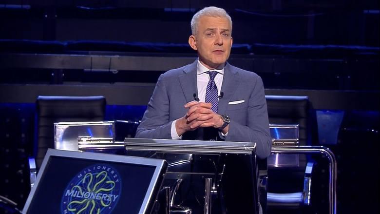 """Hubert Urbański zaprasza na wizytę w studiu programu """"Milionerzy"""", gdzie osobiście oprowadzi po studiu gościa honorowego, pokaże kulisy powstawania programu."""