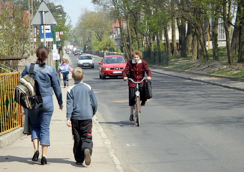 Ulica Bałtycka jest wąska, mocno zniszczona przez tiry. Bezpieczniejsze po zmianach powinny być dzieci i rowerzyści, których nie trudno tu spotkać.