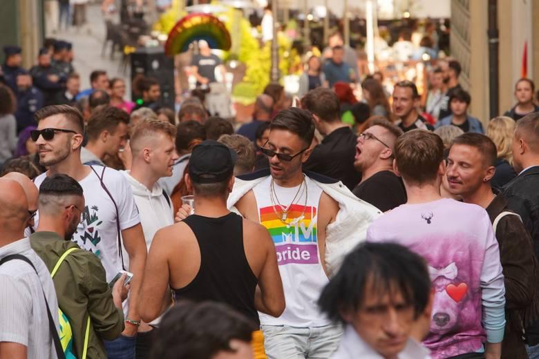 Organizatorzy - czyli Grupa Stonewall - przyznają, że to już trzecie Soho w Poznaniu. I dodają, że to wielka, wspaniała impreza która co roku ulicę Zamkową