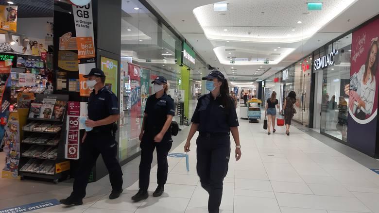 Brak maseczki w sklepie. Akcja policji w centrum handlowym w Opolu. Skończyło się na pouczeniach. Czy grozi nam mandat?
