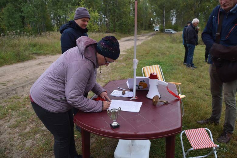 Mieszkańcy zbierali podpisy przeciw wycinkom Lasu Turczyńskiego. Również w internecie krążyły petycje.