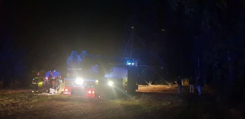 Groźny wypadek koło elektrowni EC4 na Widzewie. Jak informują służby, w czwartek wieczorem (10 października) mężczyzna wszedł na słup linii energetycznej