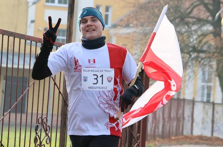 Michał Kubik biegł z biało-czerwoną flagą.