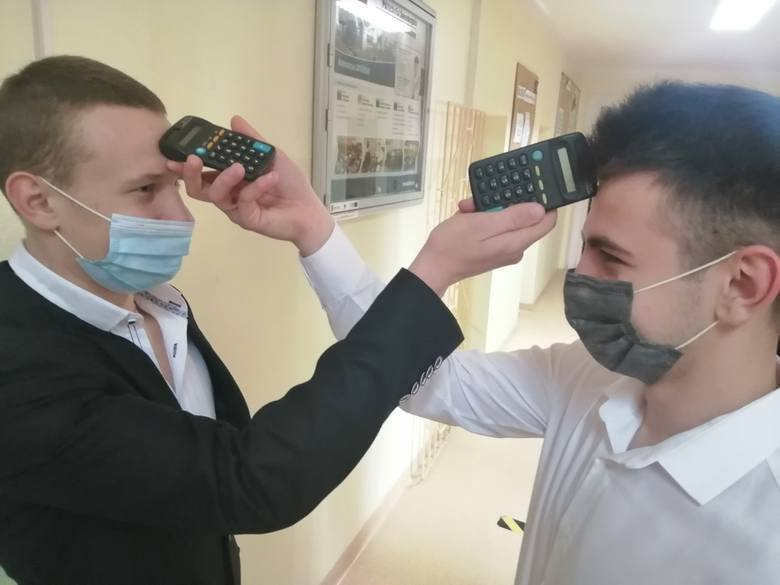 Maseczki na twarzach, dezynfekcja rąk i mierzenie temperatury przy pomocy... kalkulatora. Maturzyści z Powiatowego Zespołu Szkół w Bodzentynie wiedzą,