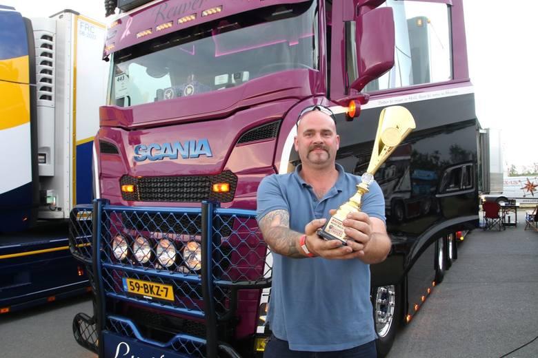 Michel Kraemer, właściciel zwycięskiej ciężarówki z pucharem.