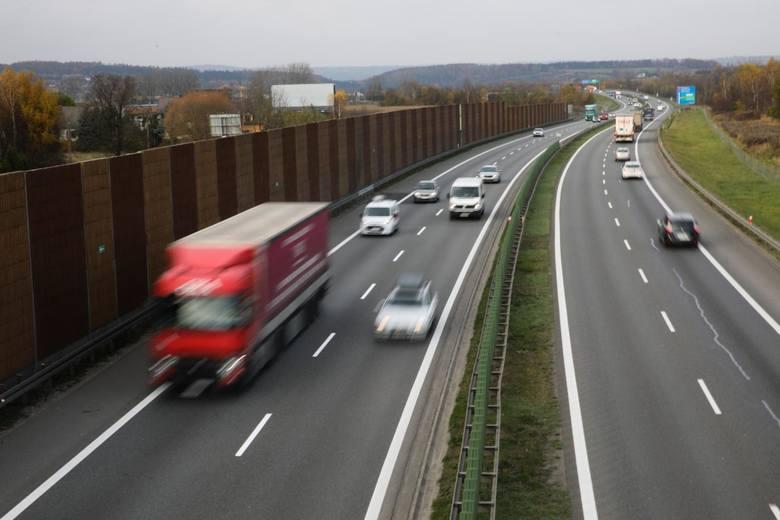 Zmiany dotyczą także poruszania się na drogach ekspresowych oraz autostradach.