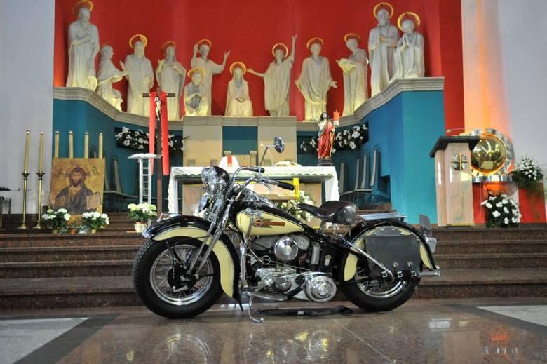 Motocykl przed ołtarzem podczas mszy świętej.