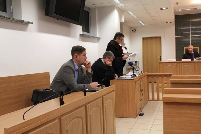 Prokurator Paweł Podlasko czyta akt oskarżenia