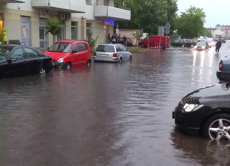 Mieszkańcy bloku przy ulicy Zachodniej w Białymstoku mają dość. Od dwóch lat ich garaże zalewane są po ulewach. To samo dzieje się z parkingami na u