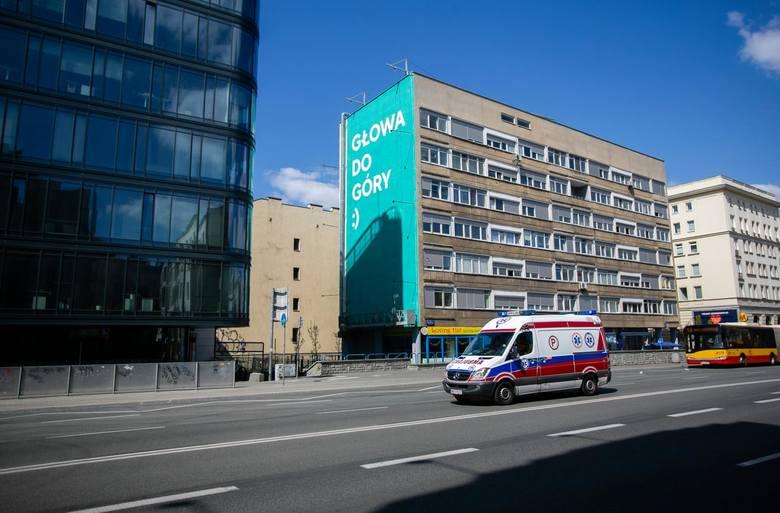 Mural z pozytywnym przesłaniem na trudny czas, 21 kwietnia, Warszawa, ulica Waryńskiego 3